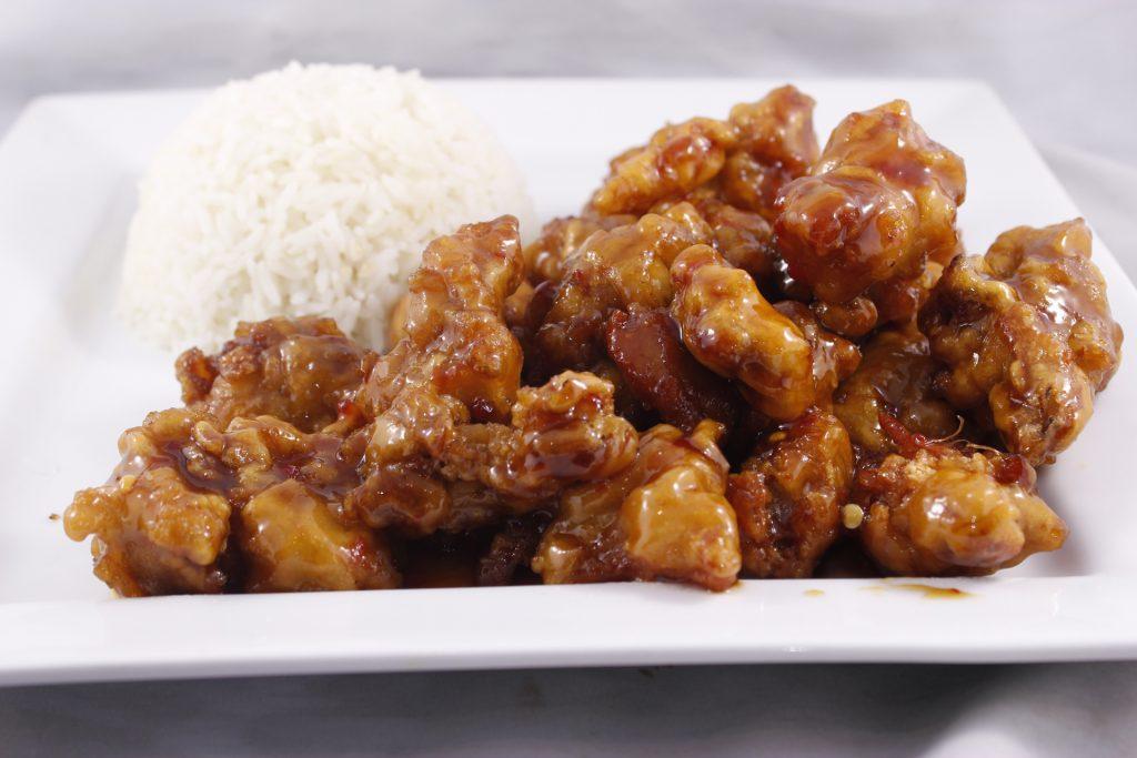 poulet général tao servi avec riz vapeur